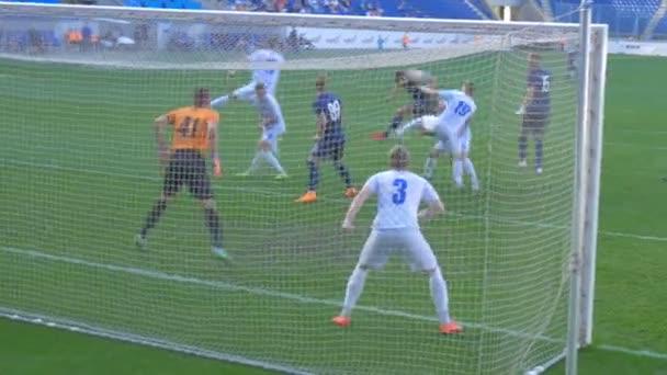 Fußballspiel. Spieler schießt aufs Tor und trifft den Pfosten. Kampf im Strafraum