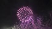 Gyönyörű tűzijáték robbanások. Tűzijáték fesztivál. Ünnepi dekoráció design. Fényes csillag. Élénk szín