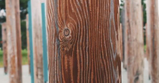 Nahaufnahme von behauenen Holzpfosten mit schöner Textur mit Holz- und Kiefernstruktur