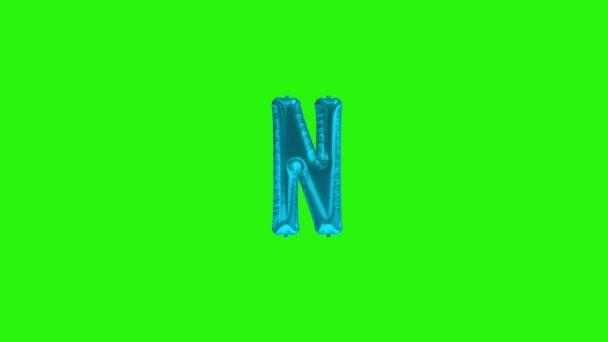 Modré písmeno N. Modrá fólie heliová abeceda plovoucí na zelené obrazovce