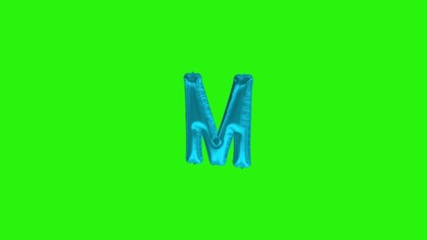 Modré písmeno M. Modrá fólie helium balón abeceda plovoucí na zelené obrazovce