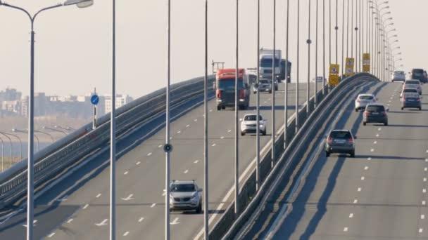 Mnoho nákladní a osobní automobily jít přes most. Saint-Petersburg, Rusko, 2016