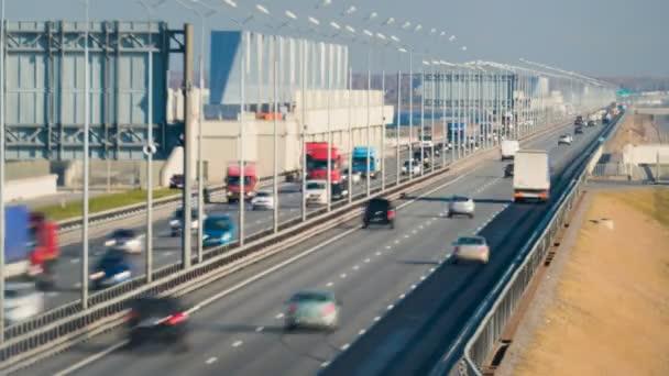 Mnoho nákladních automobilů a auta jedoucí na dlouhé hrázi v Kronštadtu. Saint-Petersburg, Rusko, 2016