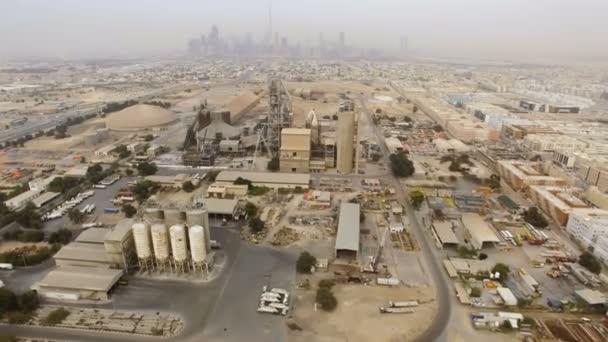 11fd5397830 Αεροφωτογραφία βιομηχανική περιοχή με εργοστάσια, αποθήκες, υπόστεγα, στα  περίχωρα του Ντουμπάι– πλάνα αρχείου