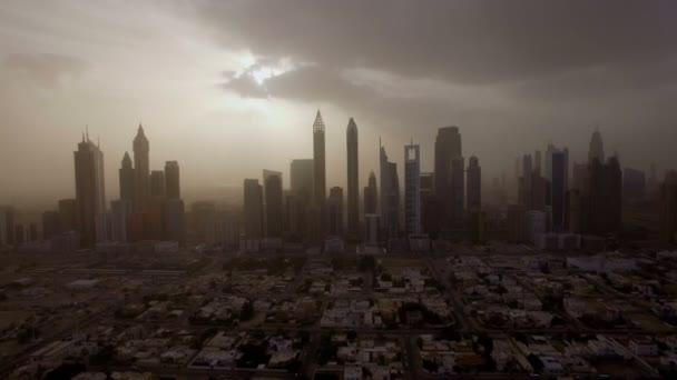 epikus Légifelvételek a városi táj, nagy felhőkarcolók és a nap áttörve a felhőket. Dubai, Egyesült Arab Emírségek