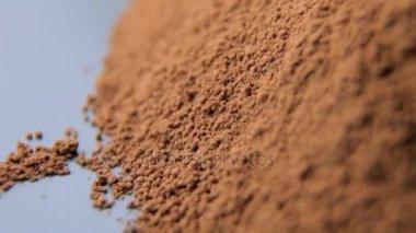 Zblízka střílel z kakaového prášku