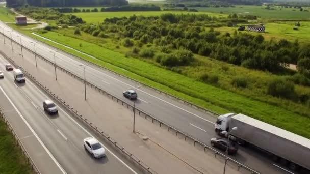 Letecký pohled na trati z jízdy nákladní a osobní automobily na venkově