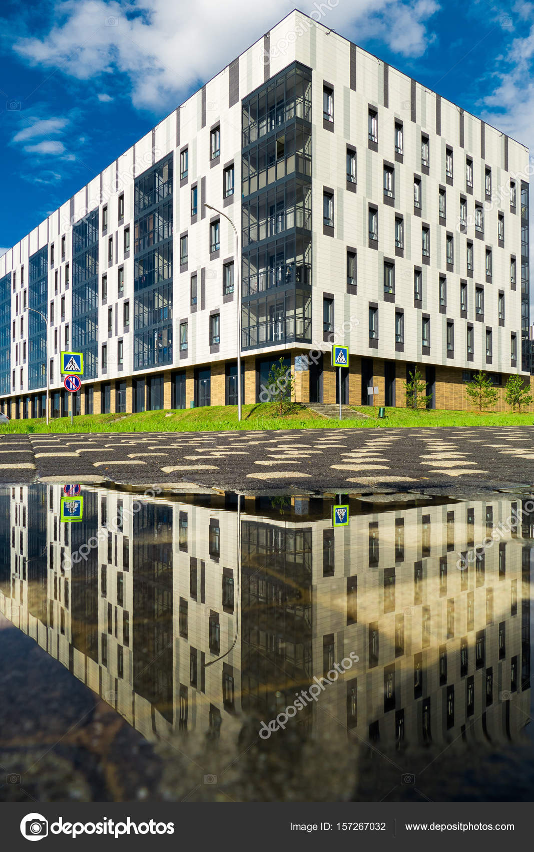 Wohnhaus im zeitgenössischen Stil mit sechs Etagen mit Spiegelung im ...
