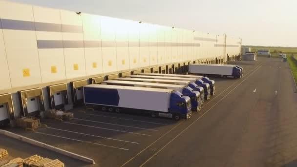 distribuční sklad s vozy čekají na naložení