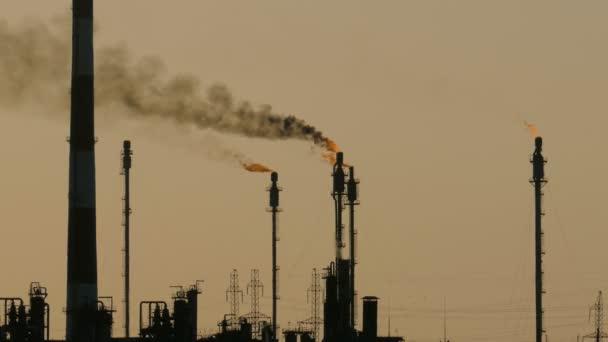 Brennfackeln in der Anlage zur Verarbeitung von Öl und Gas