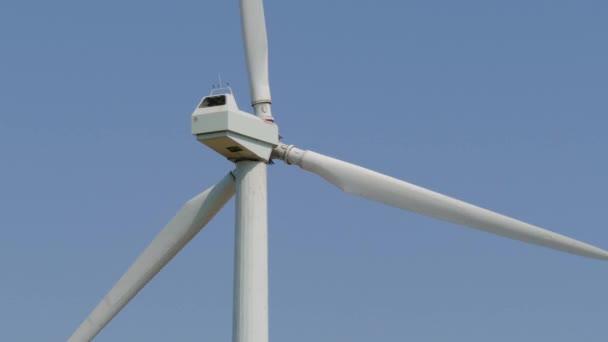Windmühle Stromerzeuger gegen Himmel. Nahaufnahme