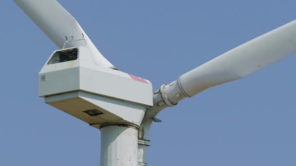 Generatore di potenza del mulino a vento contro il cielo. Chiuda in su