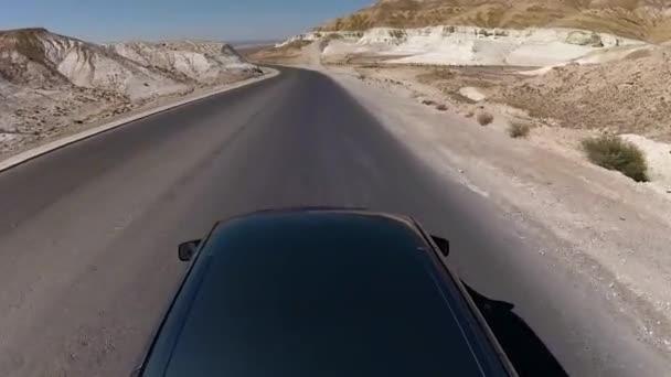 ein Auto an einem sonnigen Straße mitten in den Hügeln