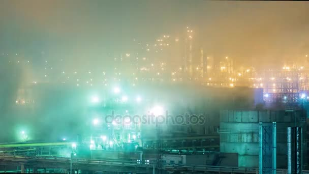 Ropné rafinérie s trubkami a destilaci komplexy v noci. Časová prodleva