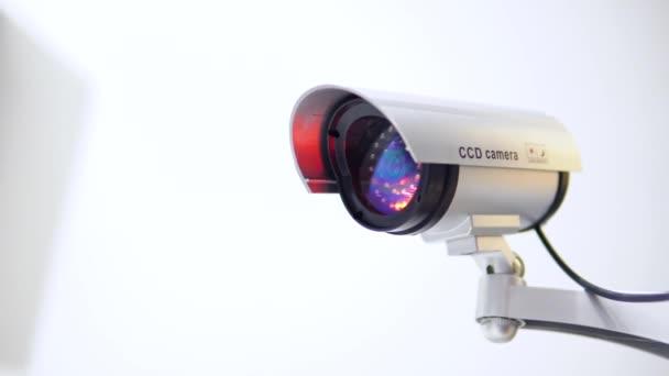 Kamery s blikající červené světlo na bílém pozadí. Detailní záběr