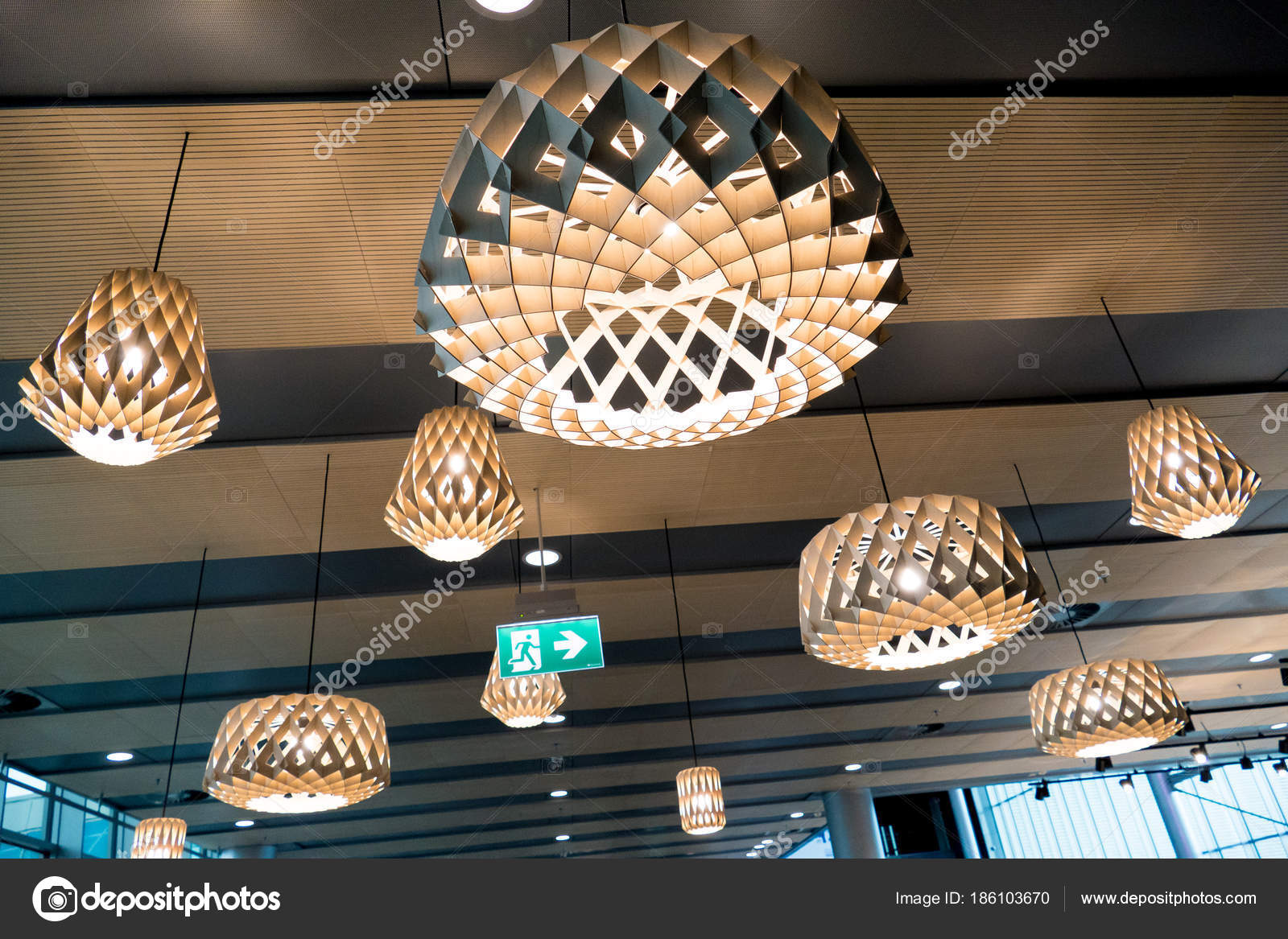 Helsinki, Finnland - 15. Januar 2018: Schöne Holzdecke geometrische ...