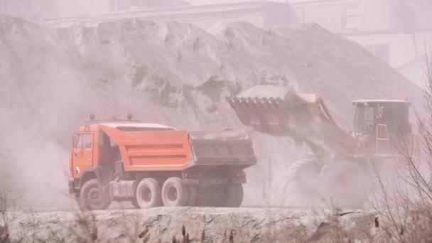 Rypadlo načítání sklápěč s pískem na pískový lom