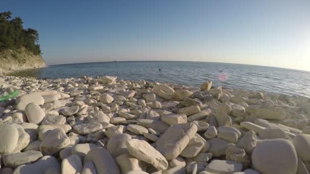 Oblázkové kameny pláže a modré moře