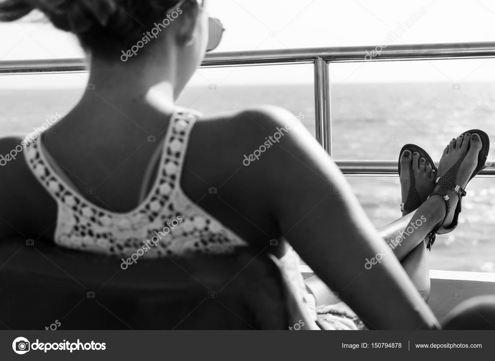 черно белое фото девушка со спины