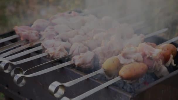 vaření masa na grilu. Maso grilované na Špíze na grilu. Chutné grilované jídlo. Vepřové maso připravené k požáru.