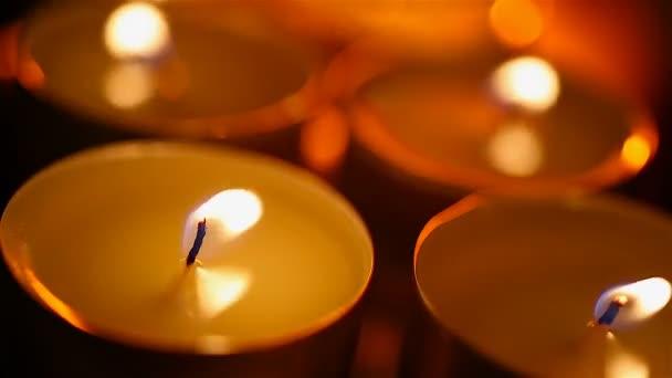 Romantisches schlafzimmer mit kerzen  Runde Kerzen brennen in Schlafzimmer, romantische und intime ...
