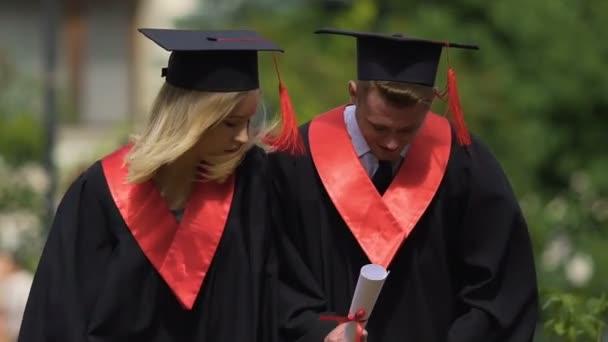 cf31ce95 Wesoły para absolwentów taniec w pobliżu Uniwersytetu i relaksujące,  śmieszne studentów