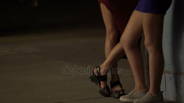 Видио женские ножки под столом