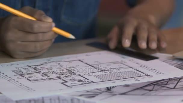 Kreative Freiberufler Arbeitet An Wohnung Plan Zeichnen Interior Design Projekt  U2014 Stockvideo
