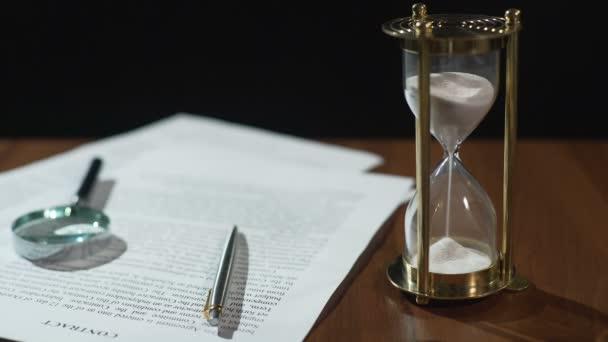 Nahaufnahme Des Dokuments Und Sanduhr Auf Tisch Vertrag Gültigkeit