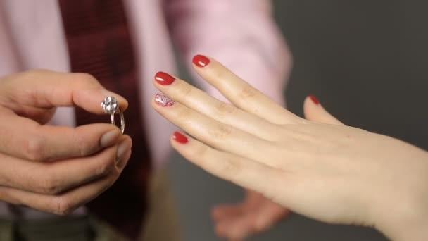 158f9787f59a Hombre poniendo hermoso anillo de plata en la mano de la mujer ...