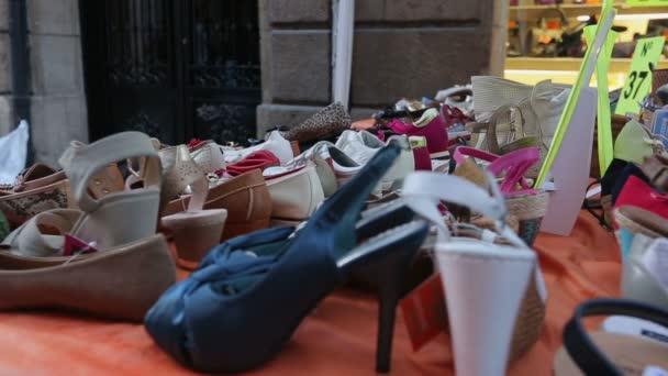 dd7a0cf9f64 Διάφορα Γυναικεία παπούτσια στην οθόνη σε εξωτερικούς χώρους, πλανόδιος  πωλητής που πωλούν φθηνά εμπορεύματα– πλάνα αρχείου