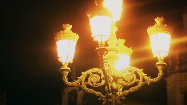 S avonds in de oude middeleeuwse stad, straat lamp verlichting oude ...