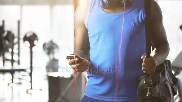 Joven Bailando Música Motivacional En Smartphone En El Gimnasio Estilo De Vida Activo