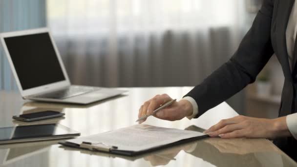 Weibliche signing Business Vertrag, Händeschütteln, Unternehmen ...