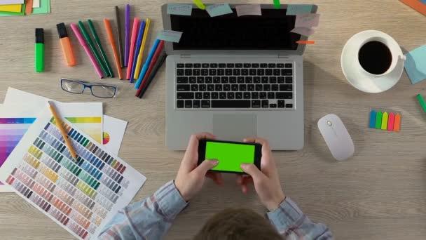 Innenarchitektin auf Handy mit Greenscreen, Pause im Büro spielen