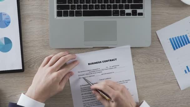 Mann liest Geschäftsbedingungen des Business Vertrag unterschreiben ...