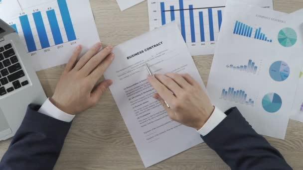 Unternehmer signing Business Vertrag und Händeschütteln mit Partner ...