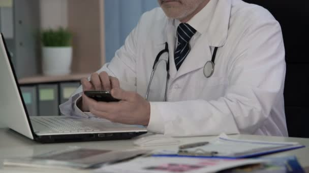 Arzt für Allgemeinmedizin aufrufenden Labor zu Fragen, ob die ...