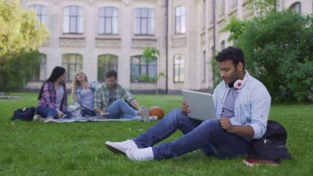 ofise-smotret-houm-video-onlayn-studentov-chleni-rot