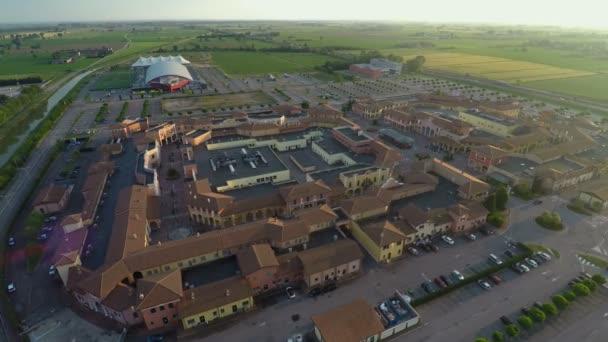 Luftaufnahme von Mantova Outlet-Village, shopping Tour nach Italien ...
