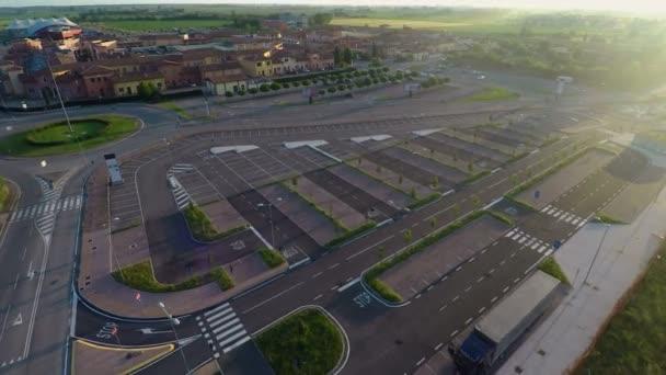 Drohne fliegt über parken, Check-freie Plätze im Outlet Village ...