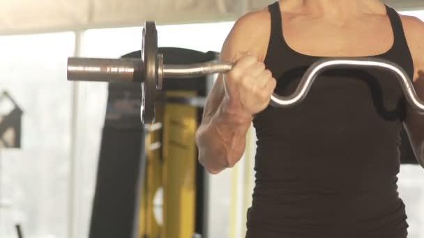 Atleta Masculino forma levantar curl barra con fuertes brazos ...