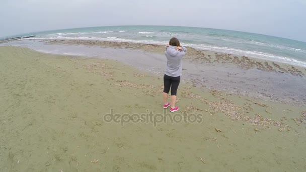 Brünette Mädchen Stehen Am Strand Und Coole Aussicht Auf Meer Entspannung
