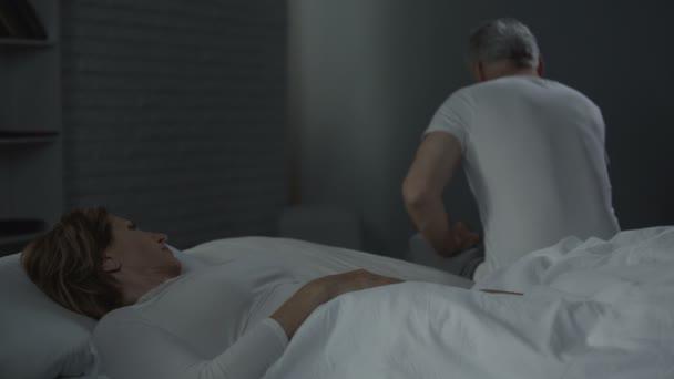 Ik Zoek Een Bed.Vrouw In Bed Op Zoek Naar Man In Uiterste Hoek Van Het Bed En