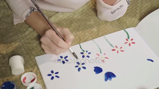 Menina Desenho Clareira Com Flores Coloridas Com Guache Pintando O Seu Humor Arte