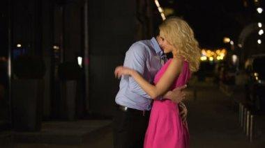 Körpersprache frau flirten interesse mann