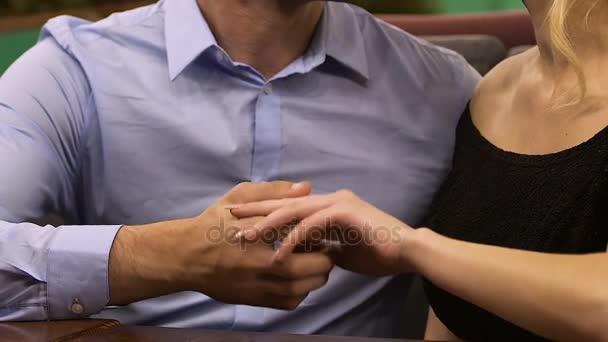 Видеоролики мужчина ласкает женщину руками, двойное проникновение вудмана