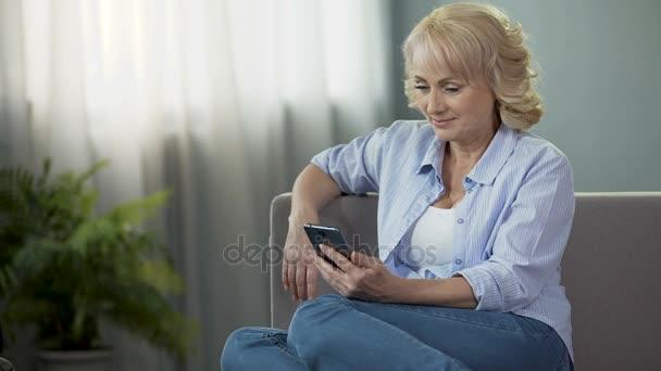 Frohlich Im Mittleren Alter Frauen Sitzen Auf Couch Und Lustige