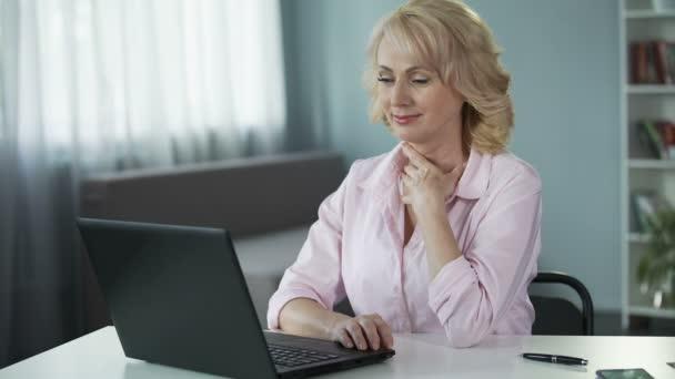 e4e63c356cdce1 Femme sexy piégeant et en vous inscrivant sur le site de rencontre pour  trouver le nouveau