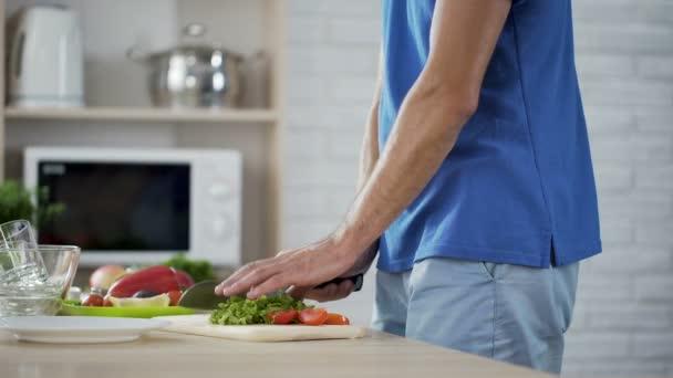 Pranzo Per Marito : Moglie che abbraccia delicatamente il marito che cucina insalata di